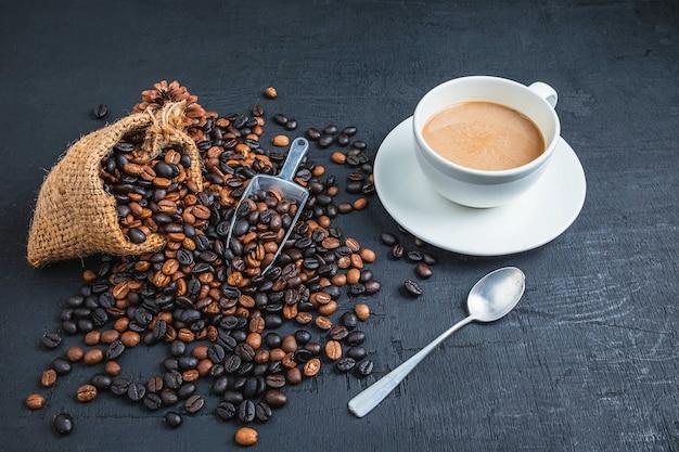 Café en tazas de café y granos de café tostados.