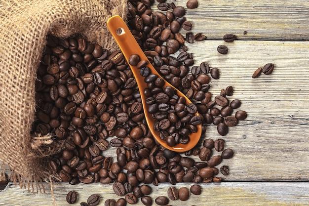 Café tostado en grano en un piso de madera