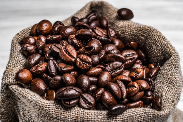 Café tostado en grano en el sackon
