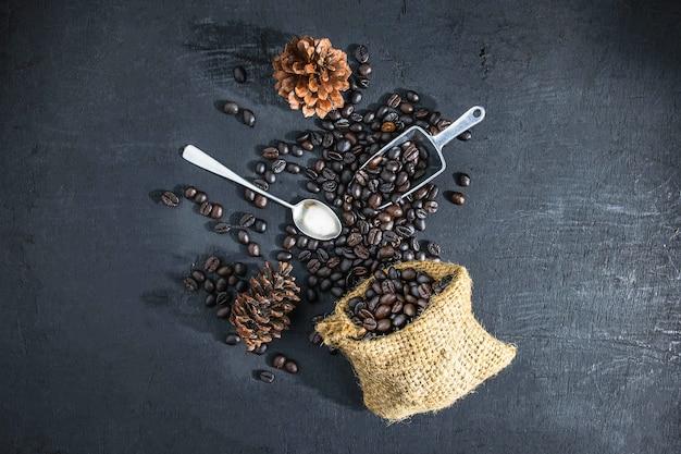 Café tostado sobre un fondo negro