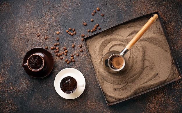 Café tradicional turco preparado sobre arena caliente.