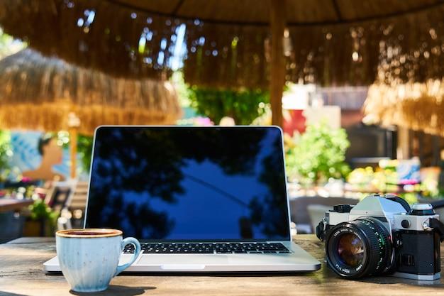 Café turco oscuro en la mesa