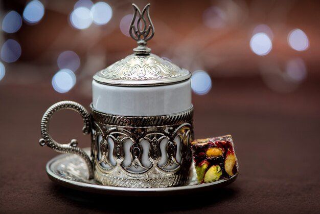 Café turco tradicional en una taza de metal tradicional