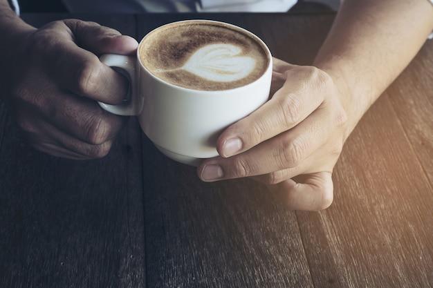 Café vintage con decoración de arte latte.