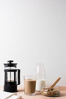 Cafetera y café caliente con leche.
