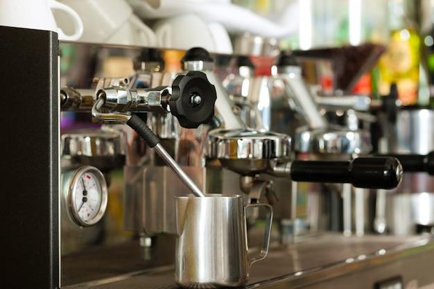Cafetera en cafe o bar