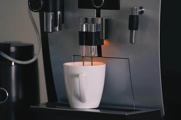 Cafetera espresso automática con taza