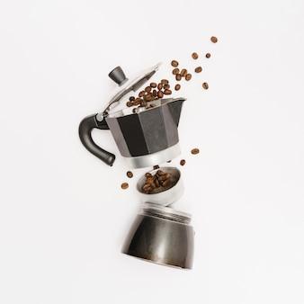 Cafetera con granos tostados