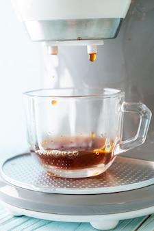Cafetera haciendo café