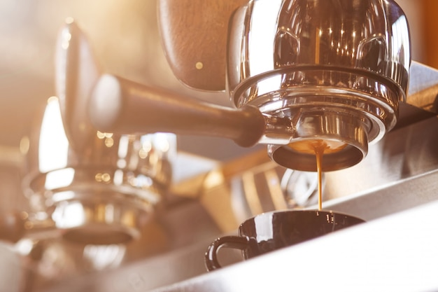 Cafetera preparando expreso fresco a través del portafiltro sin fondo