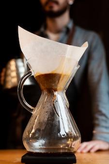 Cafetera de primer plano con café recién hecho
