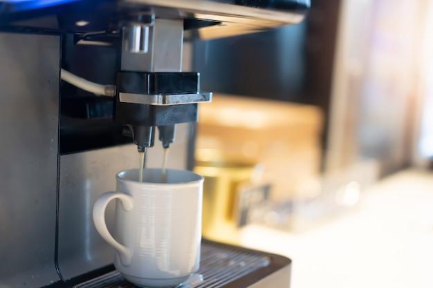 Cafetera profesional en cafetería o restaurante.