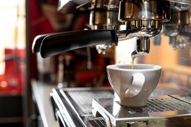 Cafetera profesional de primer plano