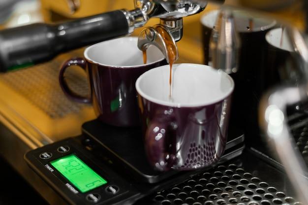 Cafetera profesional con tazas