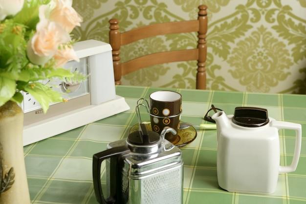 Cafetera retro cocina mantel verde.