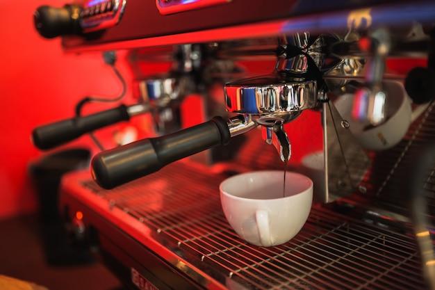 Cafetera roja hace café.