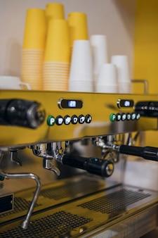 Cafetera con tazas en la tienda
