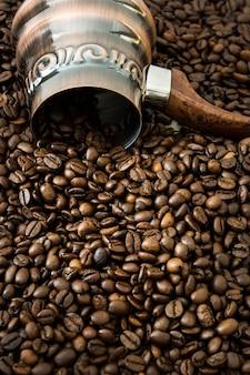 Cafetera turca y granos de café