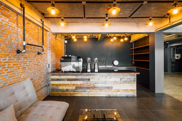 Cafetería y bar en estilo loft del hotel.