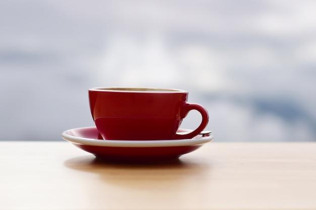 Cafetería y cafetera del sol de la mañana