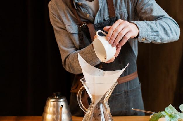 Cafetería haciendo equipo de café