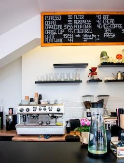 Cafetería moderna y luminosa con cafetera profesional.