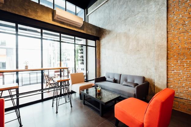 Cafetería y sala de estar tipo loft.