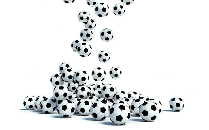La caída de balones de fútbol sobre fondo blanco.