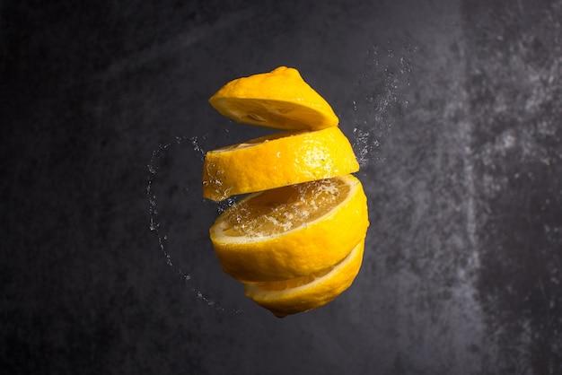 Caída de rodajas de limón en el aire