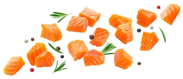 Caída de rodajas de salmón aisladas en blanco
