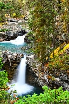 Caídas de johnston canyon en el parque nacional de banff, montañas rocosas canadienses, alberta, canadá