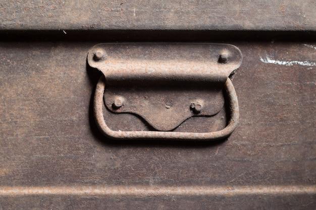 Caja de acero viejo con mango vintage