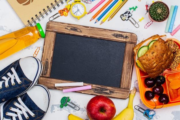 Caja de almuerzo y útiles escolares.
