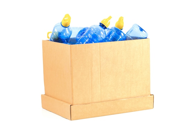 Una caja con una botella de plástico para reciclar sobre un fondo blanco.
