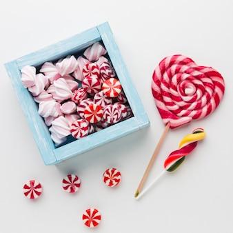Caja con caramelos y piruletas
