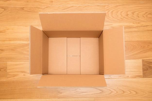 Caja de cartón abierta, lista para el transporte.