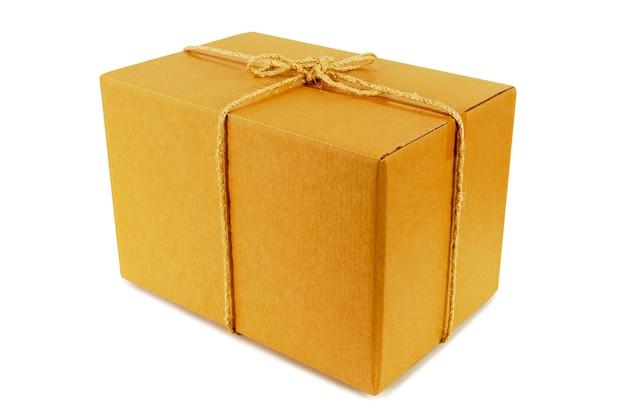 Caja de cartón atada con cuerda