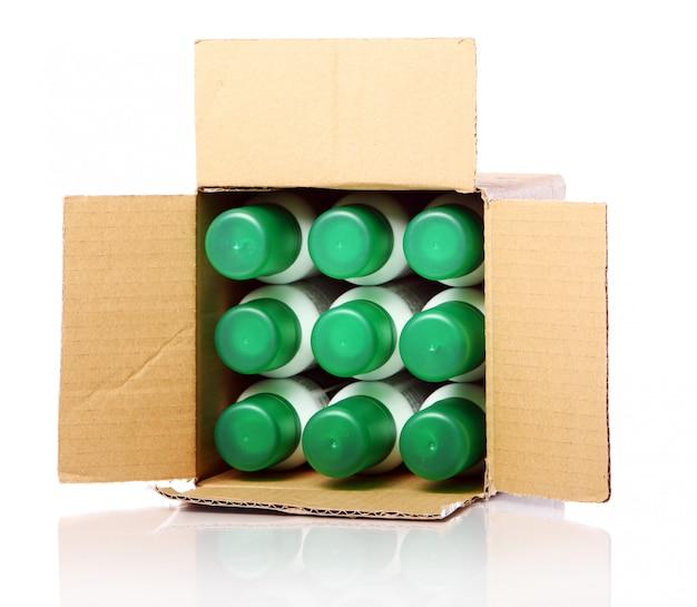 Caja de cartón con botellas dentro.