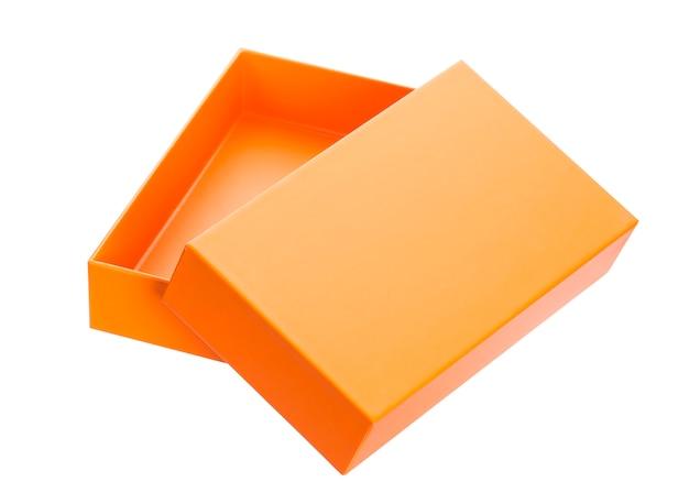 Caja de cartón de color simulacro aislado sobre fondo blanco.