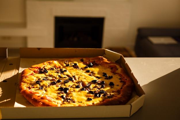 Caja de cartón con deliciosa mesa de pizza.
