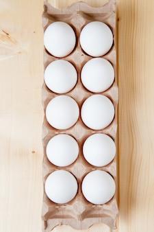 Caja de cartón con huevos