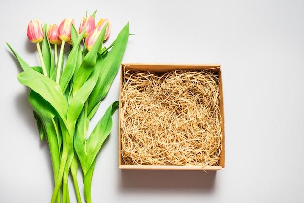 Caja de cartón marrón, maqueta de vista superior, concepto de primavera