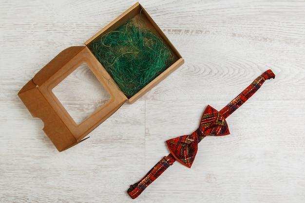 Caja de cartón y pajarita