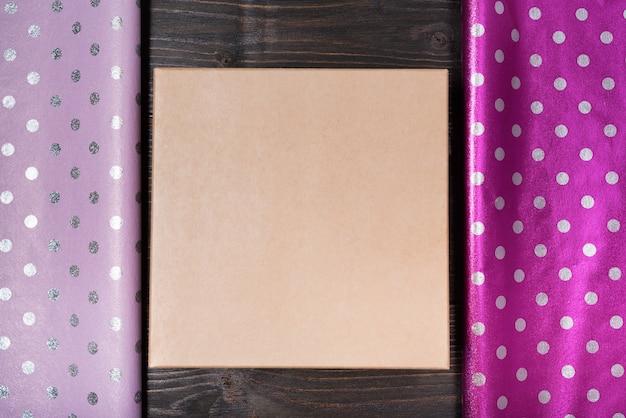Caja de cartón. papel de regalo de lunares lila y violeta brillante.