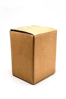 Caja de cartón sobre un fondo blanco.