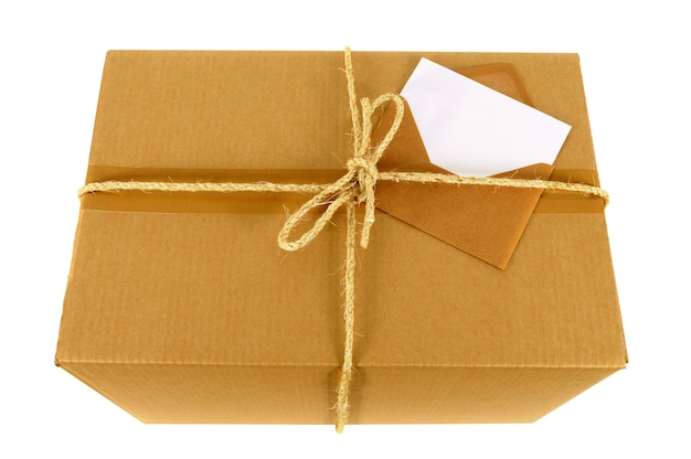 Caja de cartón con tarjeta de mensaje en blanco
