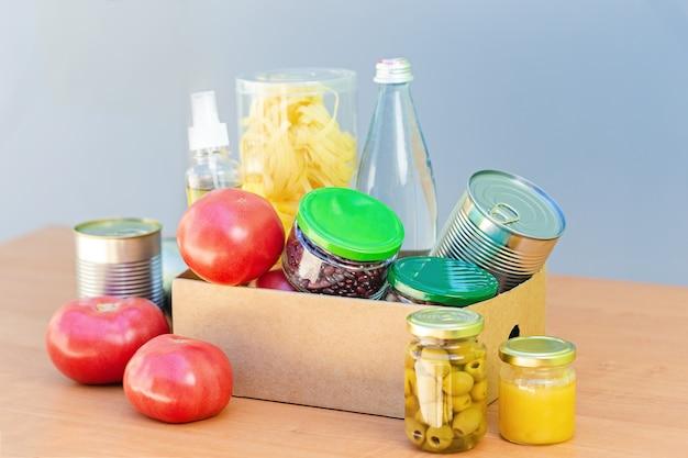 Caja de cartón con variedad de alimentos.