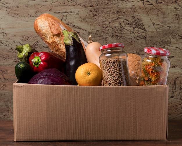 Caja de cartón con verduras y frutas