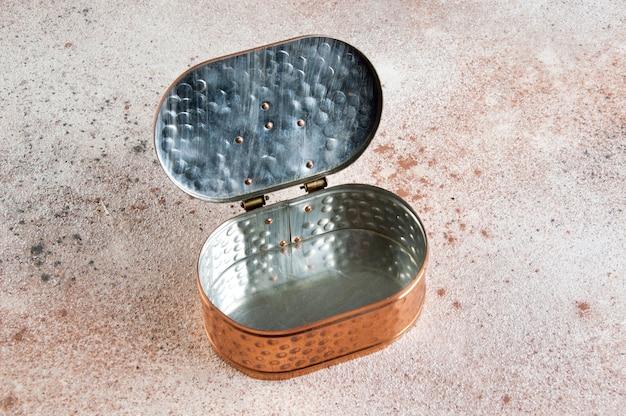 Caja de cobre vintage sobre fondo de hormigón