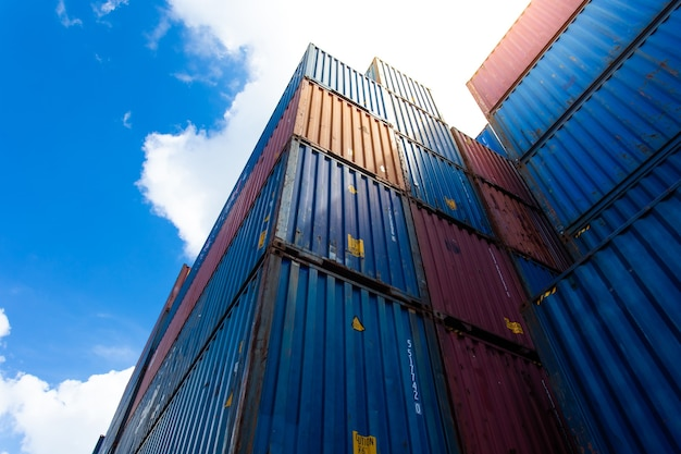 Caja de contenedor de envío de carga en el patio de envío logístico.